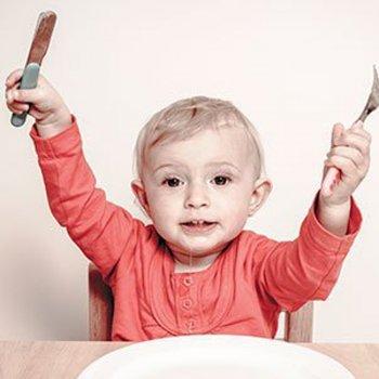 Por que as crianças pequenas devem usar faca e copos de vidro