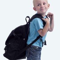 A mochila e as costas das crianças