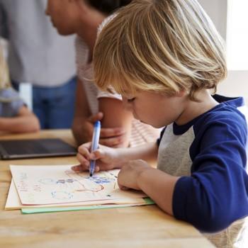 Como estimular uma criança a desenhar