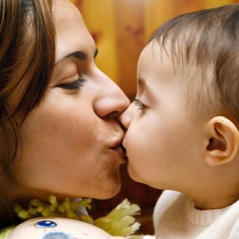 Beijar a boca dos bebês, sim ou não?