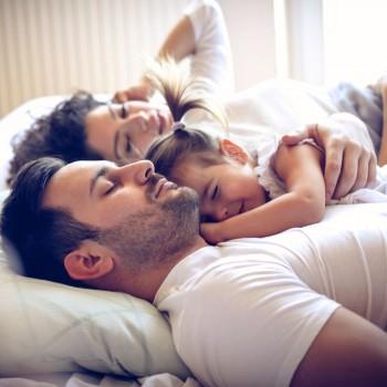 O bebê ou a criança deve ou não dormir na cama dos pais?