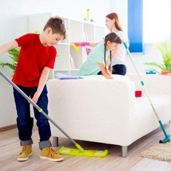 As crianças podem e devem colaborar com as tarefas de casa