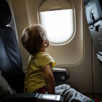 A primeira viagem da criança em avião