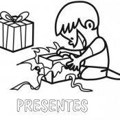 Desenho para pintar de criança abrindo um presente