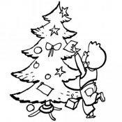 Desenho para colorir de criança enfeitando árvore de Natal