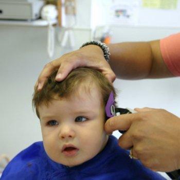 A difícil tarefa de cortar o cabelo das crianças