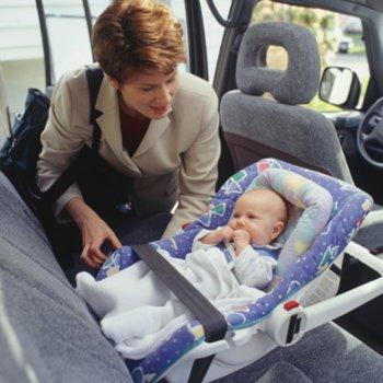 Uma criança inventa um sistema para não esquecer o bebê dentro do carro