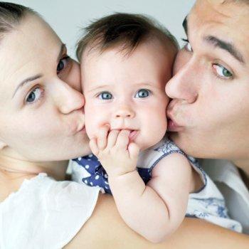 Mães e pais de primeira viagem e superprotetores com seus bebês