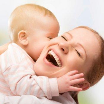 Abrace e beije o seu bebê. É mais que saudável