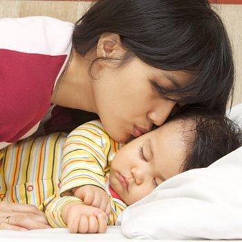 Por que as crianças suam tanto enquanto dormem?