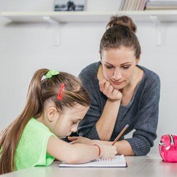 Dar uma mão aos filhos nos seus deveres escolares