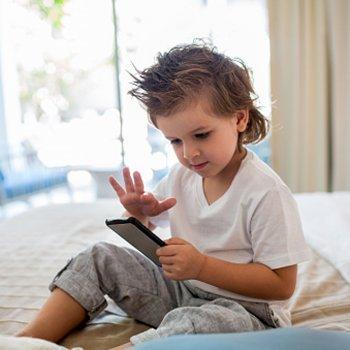 8 travessuras das crianças com os smartphones dos seus pais