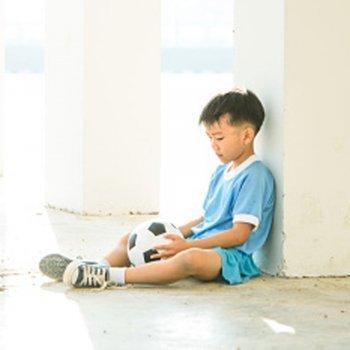 Como uma criança pode sobreviver na escola se não joga futebol