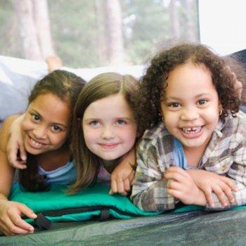 Diversão para as crianças nos acampamentos urbanos