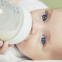 Por que uma mamadeira mal preparada pode matar um bebê