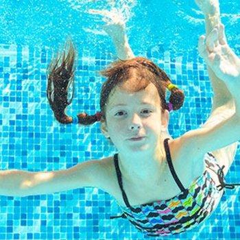 Por que coçam e ardem os olhos das crianças na piscina