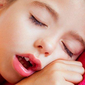 Por que o meu filho dorme com a boca aberta