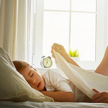 Colocar os filhos para dormir mais cedo reduz o estresse dos pais
