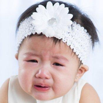 Tiaras ou faixas na cabeça dos bebês podem causar-lhes refluxo e insônia