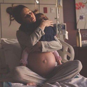 Emotiva despedida de uma mãe com sua filhinha mais velha antes de dar a luz