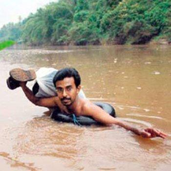 O professor que cruza um rio nadando todos os dias para dar aula