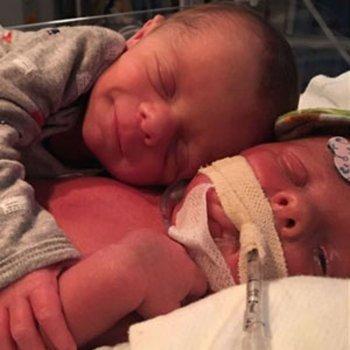 O comovente abraço de um bebê ao seu irmãozinho gêmeo após o parto
