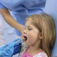 Minha menina tem um dente escuro, por quê?