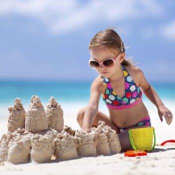 Brincar com água e areia. Brincadeiras para crianças