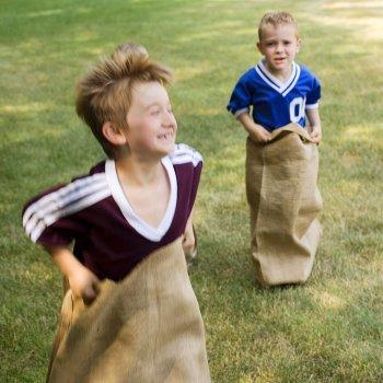 Corrida de sacos. Brincadeiras para crianças