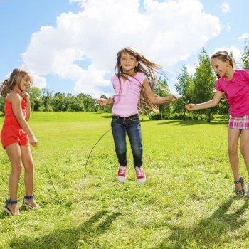 Pular corda. Uma brincadeira saudável para as crianças