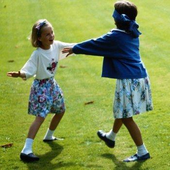 Brincar de cabra-cega com as crianças