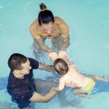 Os bebês na água. Como aprender a nadar