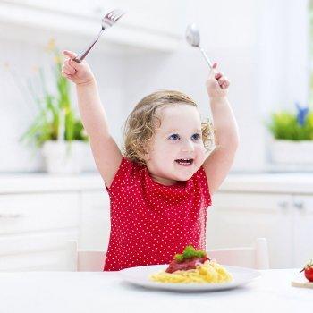 Como ensinar as crianças a usarem os talheres à mesa