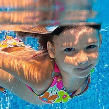 Como evitar a otite em crianças na piscina