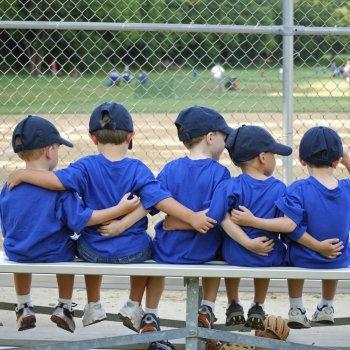 Como as crianças podem aprender a brincar em equipe