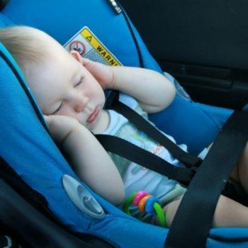 Dormir na cadeirinha do carro pode ser fatal para o bebê