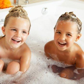 Até quando irmãos podem tomar banho juntos?