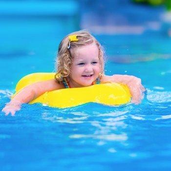 Perigos que os bebês enfrentam na piscina
