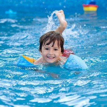 Crianças seguras na piscina