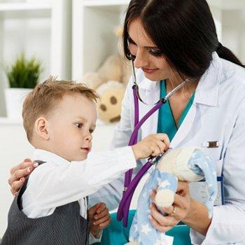 Como o pediatra deve se comunicar com a criança
