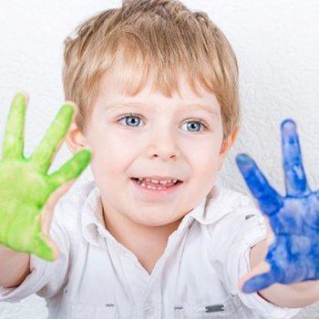 Pintura com os dedos na infância