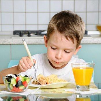 6 conselhos para ensinar à criança bons modos à mesa