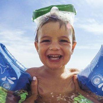 Riscos dos flutuadores e bóias de braços para as crianças
