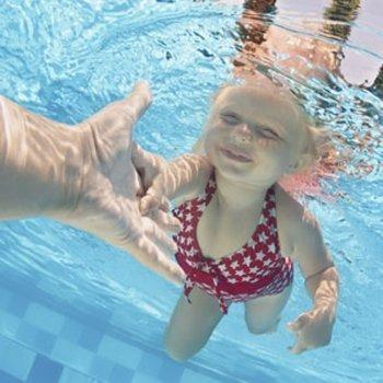 7 passos para ensinar a criança a nadar