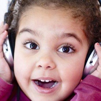 Os perigos do uso de fones de ouvido nas crianças