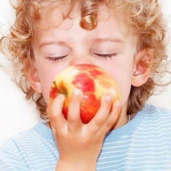Fruta com casca para as crianças: sim ou não