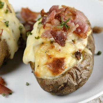 Batatas recheadas de carne e bacon. Comida para crianças