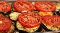 Berinjela grelhada com tomate. Lanche rápido