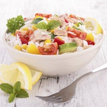 Salada de arroz com atum e maçã para celíacos