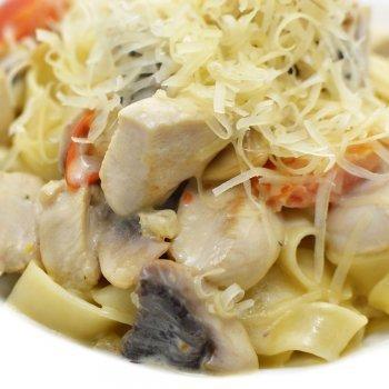 Macarrão com frango e queijo. Receitas italianas